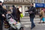 Érik Ackermann en pleine distribution de tracts, au marché du samedi matin.