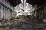 Intérieur du bâtiment pulpeur. Au fond, on aperçoit le bâtiment de l'ancienne machine à papier.