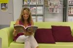 """Dans les mains de la directrice, la revue XXI. Trimestrielle, elle a lancé la mode en France des """"mooks"""", abréviation de """"magazine"""" et de """"books""""."""