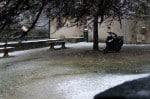 Un scooter qui paraît bien peu protégé de la neige malgré l