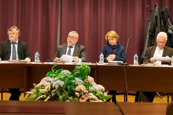 Gérard Volpatti, attentif mais pas très heureux des remarques de Pierre Zimmermann sur la distribution du journal municipal.