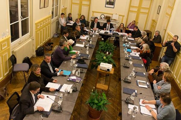 Jean-Luc Miraux, en bas à gauche, pose sa question orale au maire.