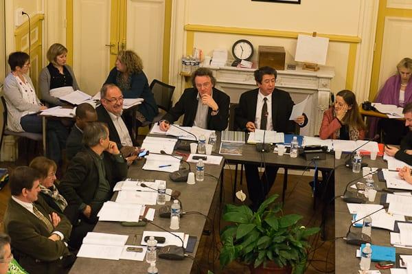 Le maire répond aux diverses questions à propos des subventions aux associations.