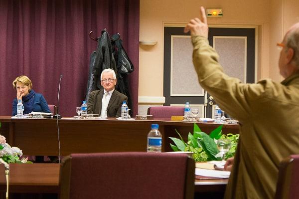Face aux interventions et aux demandes de documents de Jean-Pierre Laurin, la majorité s