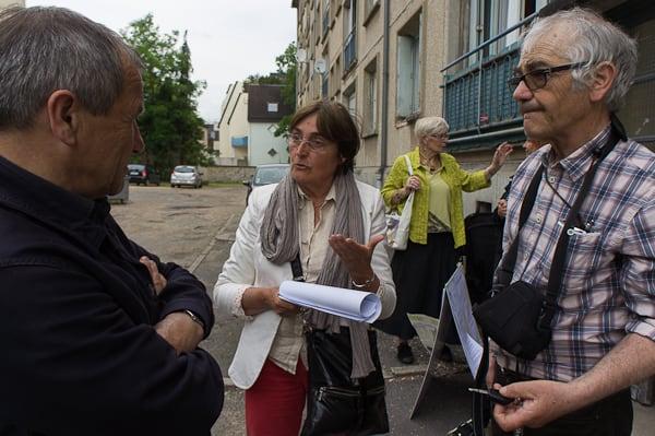 Après la réunion publique, Michèle Tamagnaud, adjointe chargée du logement à Vernon, discute avec l'ex-adjoint écologiste Jean-Claude Mary et Jacques Caron.