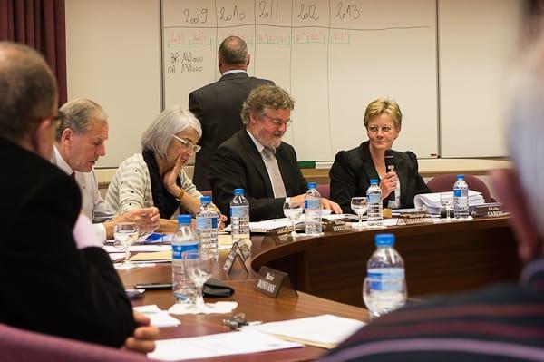 Pendant une réponse de Cécile Caron, le maire prépare au tableau ses explications budgétaires à propos des factures d