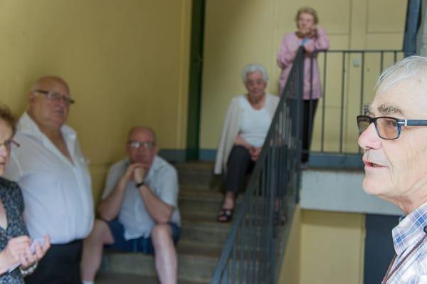 Jacques Caron, président de la CNL 27 (et membre du PS), explique la situation aux résidents.