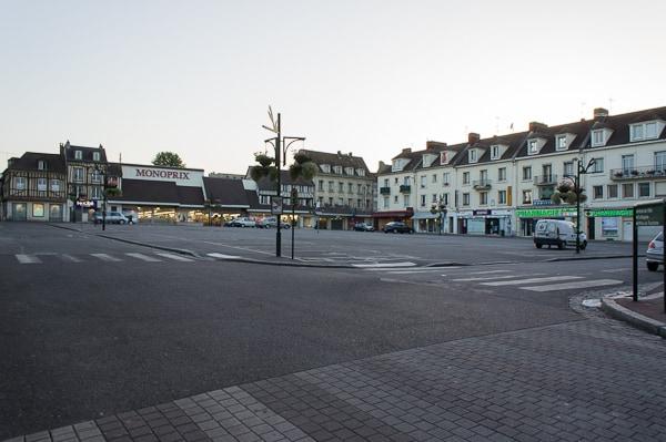 Aménagement actuel de la place De Gaulle, exclusivement dédiée au stationnement.