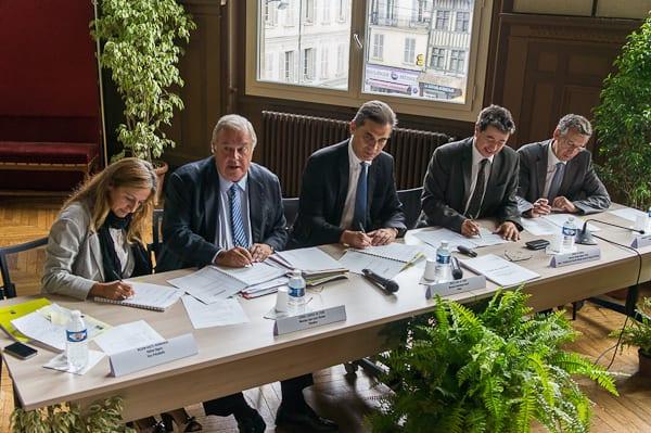 Des élus et un préfet tout sourire pendant la signature du CRSD.